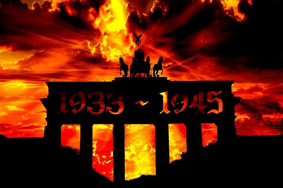 Brandenburger Tor vor Flammenwand mit Eintrag 1933 - 1945